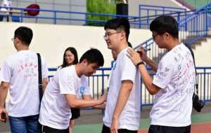 青岛高校举行毕业典礼,文化衫留言成风景线